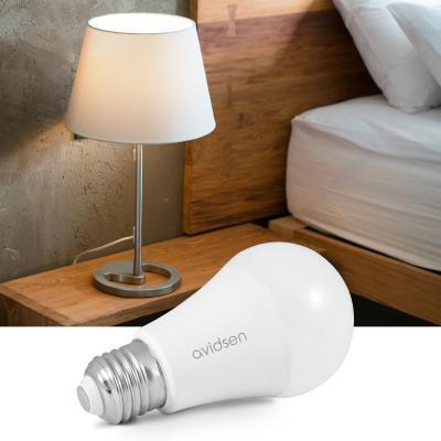 Ampoule connectée Avidsen Home à côté d'une lampe de chevet