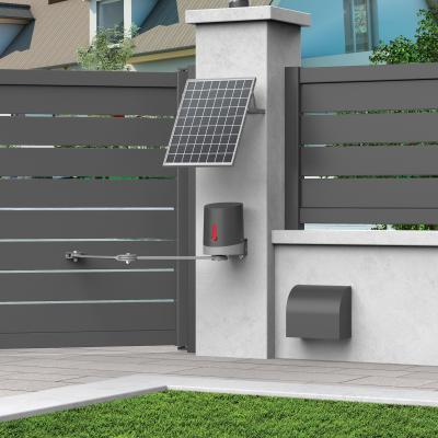 Un panneau solaire installé sur un pilier de portail