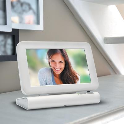 L'écran sans fil du visio Extel Lesli posé sur un meuble