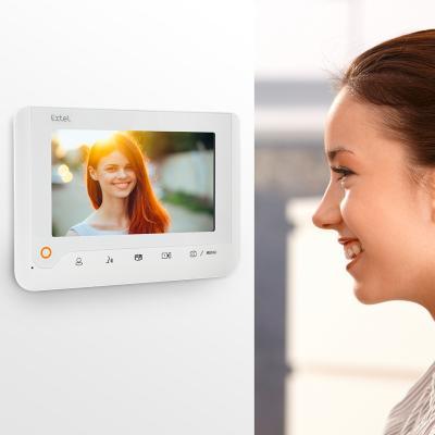 Une femme regarde l'écran du Extel Nova White
