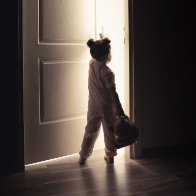 Un bébé ouvre une porte