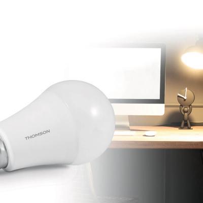 Ampoule connectée Avidsen Home prêt d'une lampe de bureau