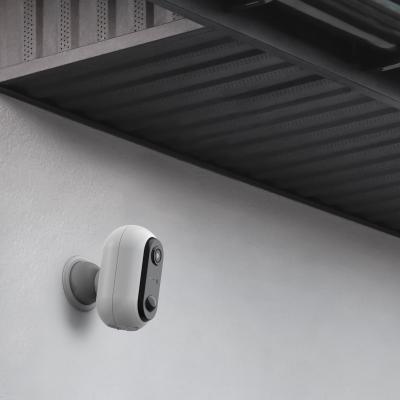 Caméra Avidsen installée en mode batterie sur un mur