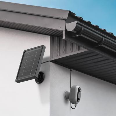 Caméra installée en mode solaire sur un mur