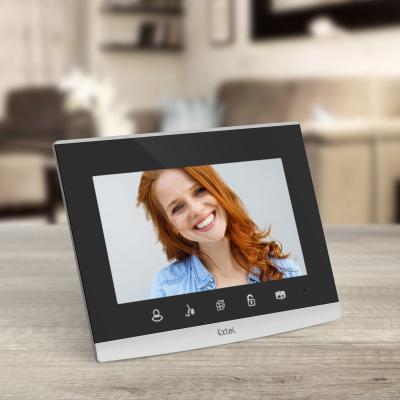 Ecran de l'interphone vidéo extel wave posé sur une table en bois