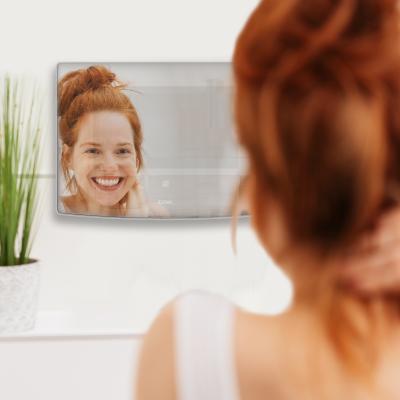 Effet miroir de l'écran du visiophone. une femme se regarde dedans