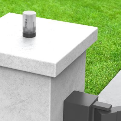 Feu clignotant fixé au dessus d'un pilier de portail