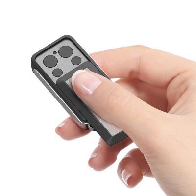 Télécommande ouverte tenue dans une main pour motorisation Avidsen V250
