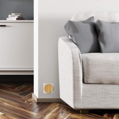 Carillon bambou sur une prise à côté d'un canapé
