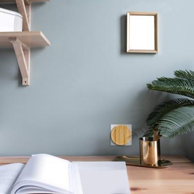 Carillon bambou branché sur une prise au bureau