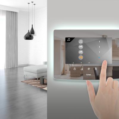 Une personne utilise les touches de l'écran de l'interphone vidéo Extel Glass