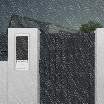Platine de rue résistante sur un pilier et portail et sous la pluie